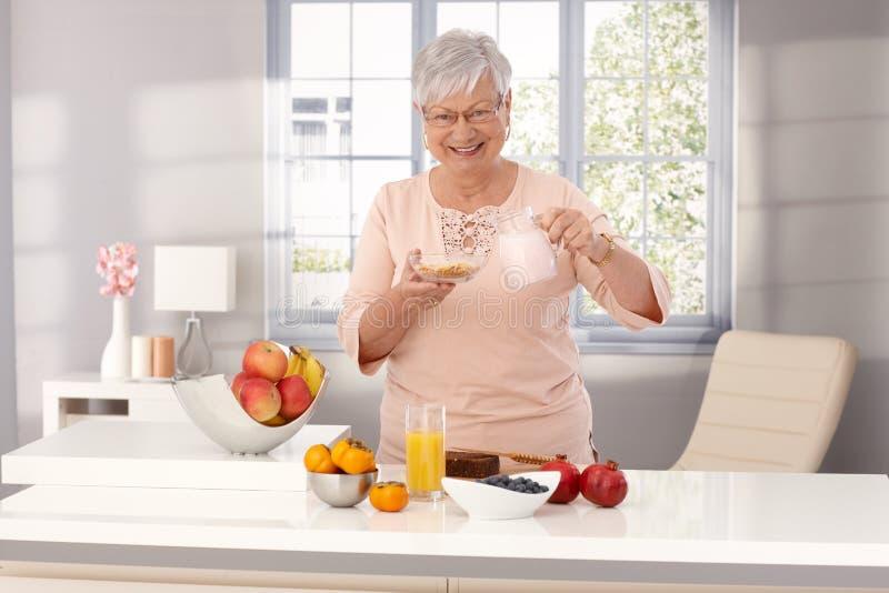 Cibo felice della donna anziana sano fotografia stock