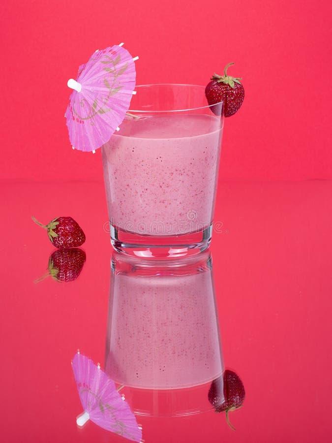 Cibo sano, alimento, essere a dieta e concetto vegetariano - vetro della scossa del frullato del succo dalle fragole, dai lamponi immagine stock