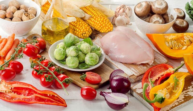 Cibo sano, concetto stante a dieta Frutta, verdure e pollo fotografia stock libera da diritti