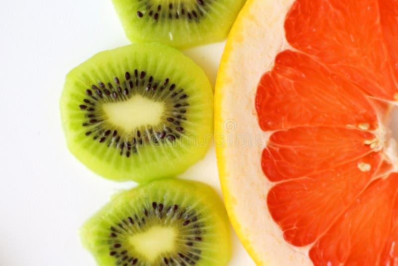 Cibo sano del pompelmo rosso E del kiwi affettato fotografia stock