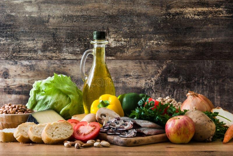 Cibo sano dieta mediterranea Frutta, verdure, grano, olio d'oliva matto e pesce fotografie stock
