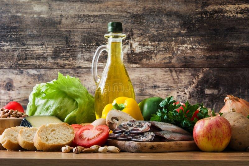 Cibo sano dieta mediterranea Frutta, verdure, grano, olio d'oliva matto e pesce immagine stock