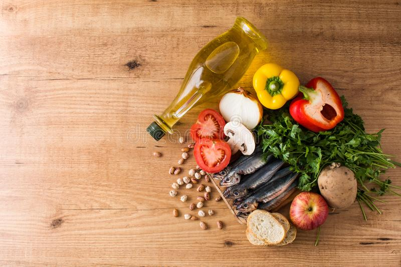 Cibo sano dieta mediterranea Frutta, verdure, grano, olio d'oliva matto e pesce immagini stock libere da diritti