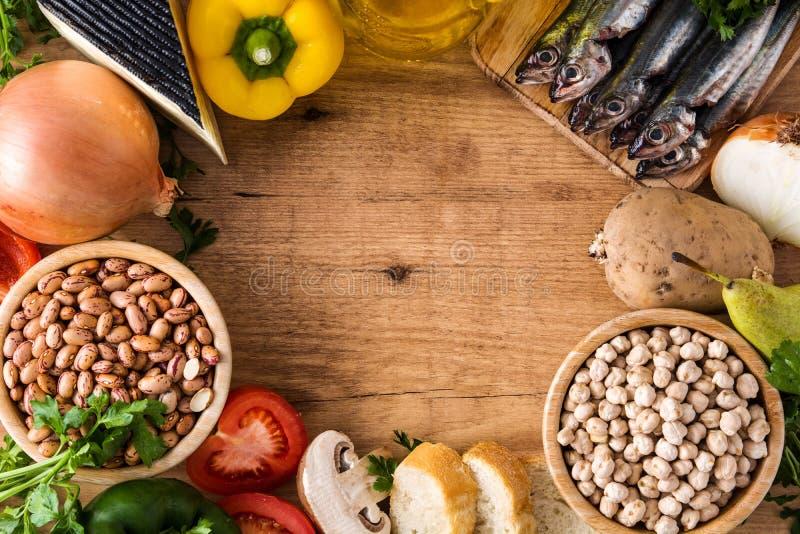 Cibo sano dieta mediterranea Frutta, verdure, grano, olio d'oliva matto e pesce su legno fotografia stock