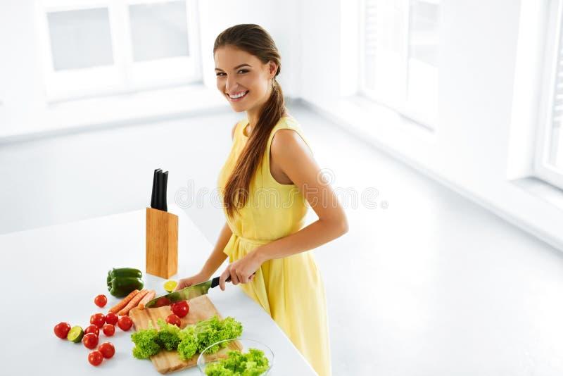 Cibo sano Donna che cucina insalata di verdure Dieta, stile di vita immagini stock