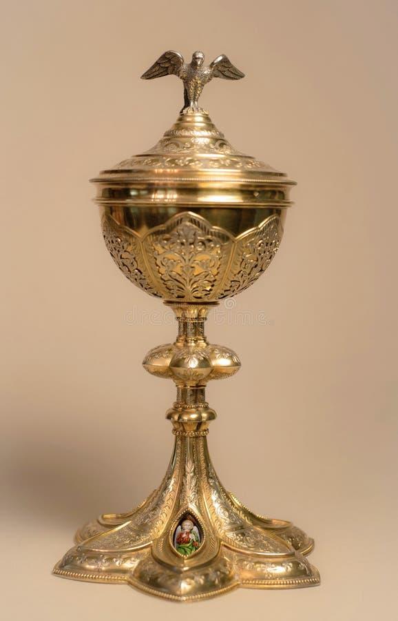 Ciborios franceses antiguos del oro para la masa de la eucaristía con los medallones afiligranados y pintados a mano de la paloma fotos de archivo libres de regalías