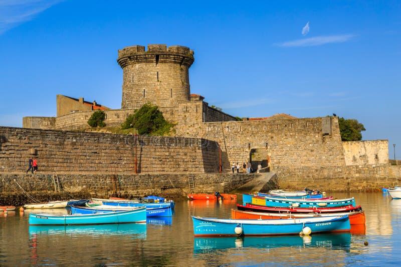 Ciboure, Francja - Sept 26, 2016: Połowu schronienie Ciboure, Baskijski kraj Małe coloreful rybie łodzie na starym porcie cit zdjęcie stock