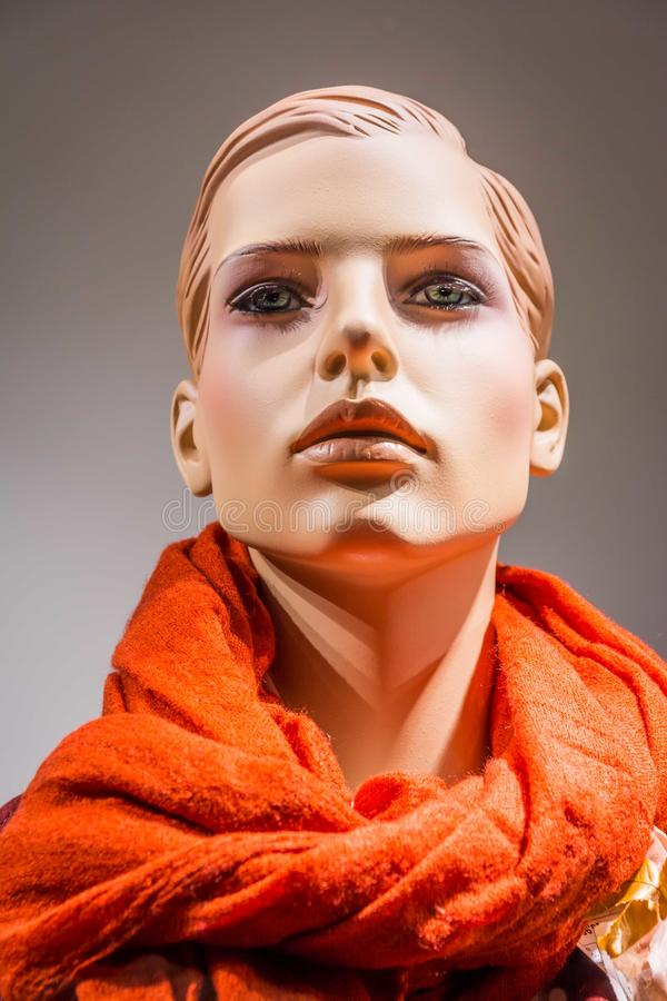 Cicatriz femenina de la ropa de la moda de la ventana de exhibición de la marioneta de la muñeca del maniquí foto de archivo libre de regalías