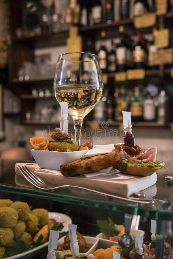 Cichetti e vinho em um ostreria Venetian imagens de stock