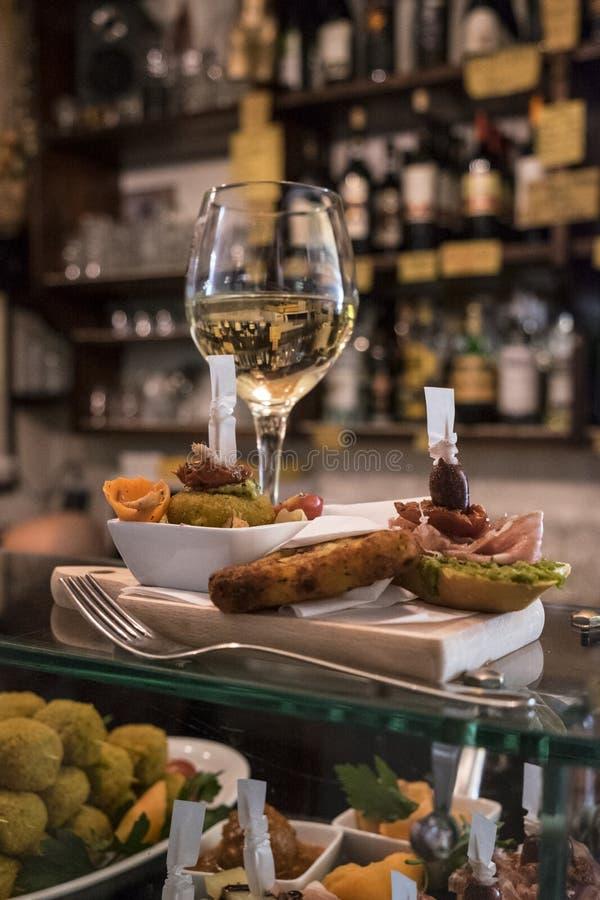 Cichetti und Wein an einem venetianischen ostreria stockbilder