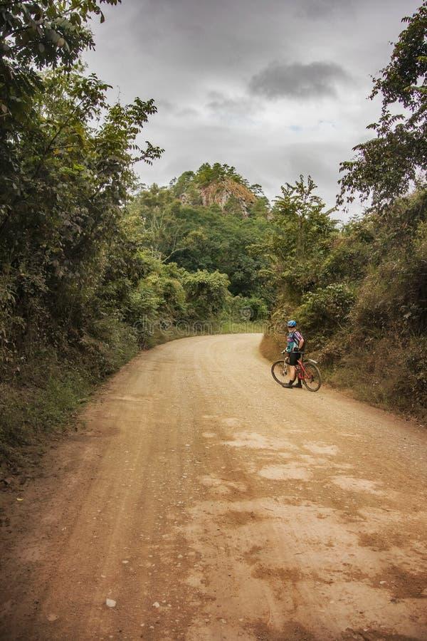 Ciclagem através das montanhas nas Honduras imagens de stock royalty free