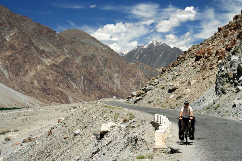 Ciclagem na estrada de Karakorum fotos de stock