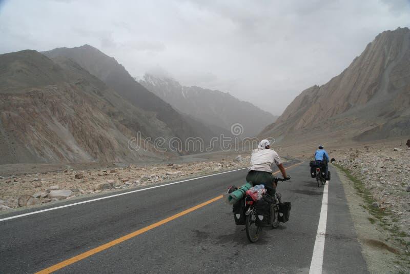 Ciclagem na estrada de Karakorum imagem de stock royalty free