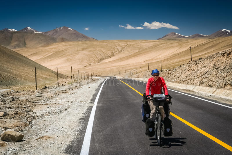 Ciclagem na estrada de Karakorum imagens de stock