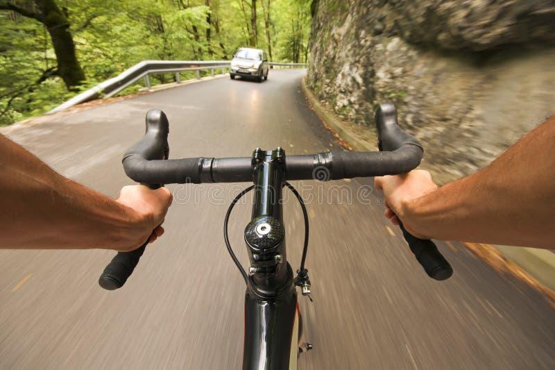 Ciclagem na estrada na natureza imagens de stock