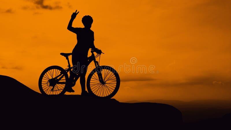 Ciclagem na montanha no tempo crepuscular fotografia de stock royalty free