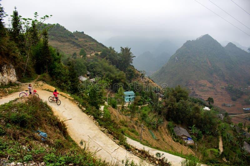 Ciclagem nas montanhas de Vietname do norte imagens de stock royalty free