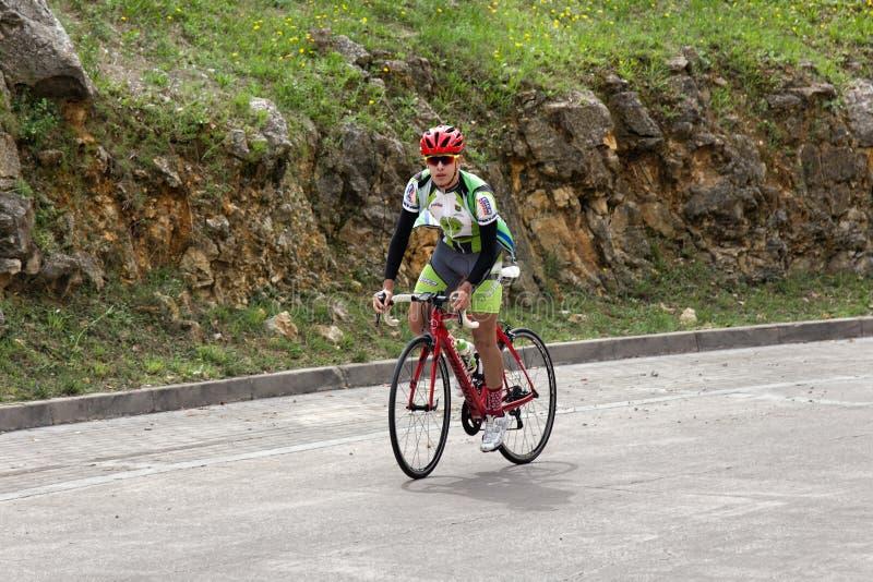Ciclagem no parque e fora da cidade Esportes do ciclismo imagens de stock royalty free