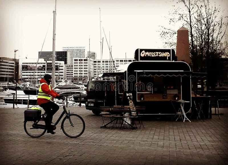 Ciclando nella città fotografie stock
