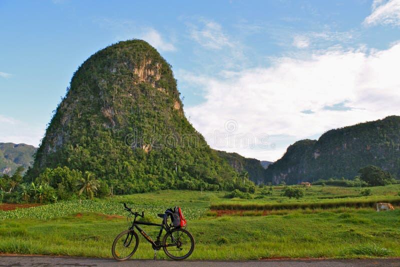 Ciclando in valle di Viñales, la Cuba fotografie stock