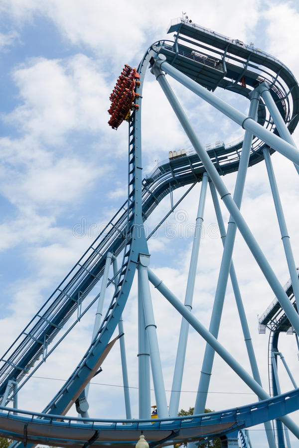 Cicli del roller coaster. immagini stock