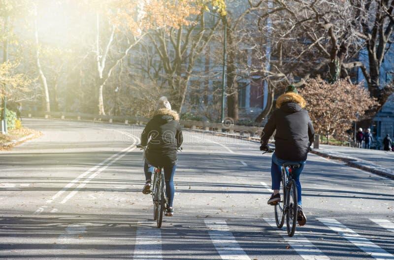 Ciclismo in Central Park durante la stagione invernale, New York fotografia stock