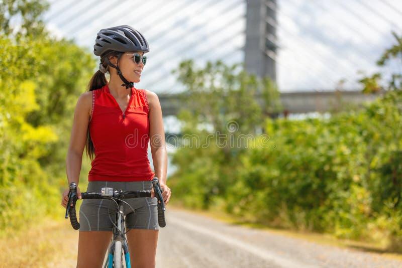 Ciclismo della donna del ciclista della bici nello stile di vita di esercizio di sport all'aperto di estate della strada della gh fotografie stock