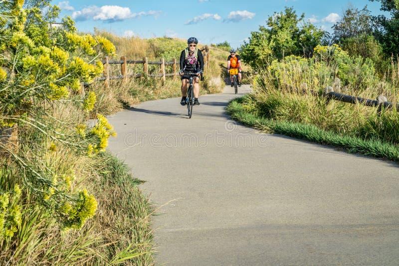 Ciclismo di mattina sulla traccia del fiume di Poudre fotografie stock