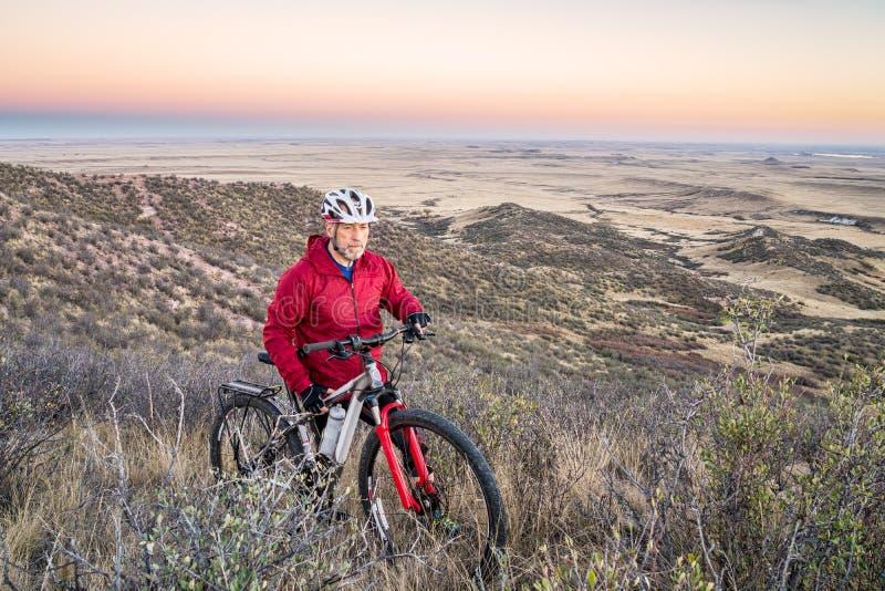 Ciclismo di montagna in colline pedemontana di Colorado fotografia stock