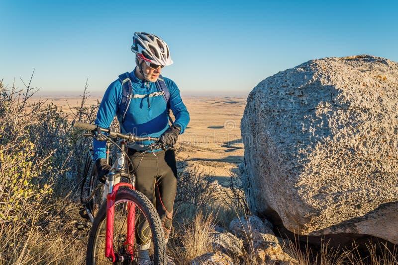 Ciclismo di montagna in colline pedemontana di Colorado immagine stock