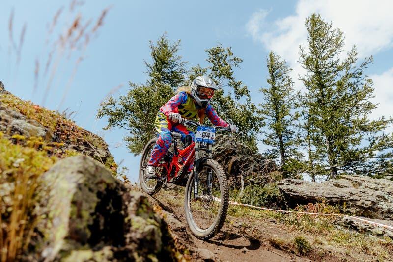 Ciclismo di montagna in discesa del cavaliere della donna fotografia stock libera da diritti