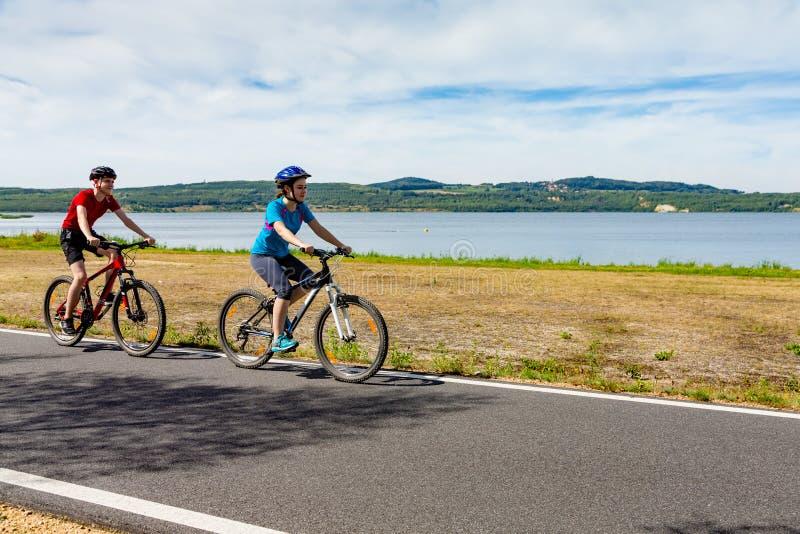 Ciclismo do adolescente e do menino foto de stock royalty free