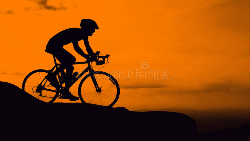 Ciclismo do homem na montanha fotografia de stock royalty free
