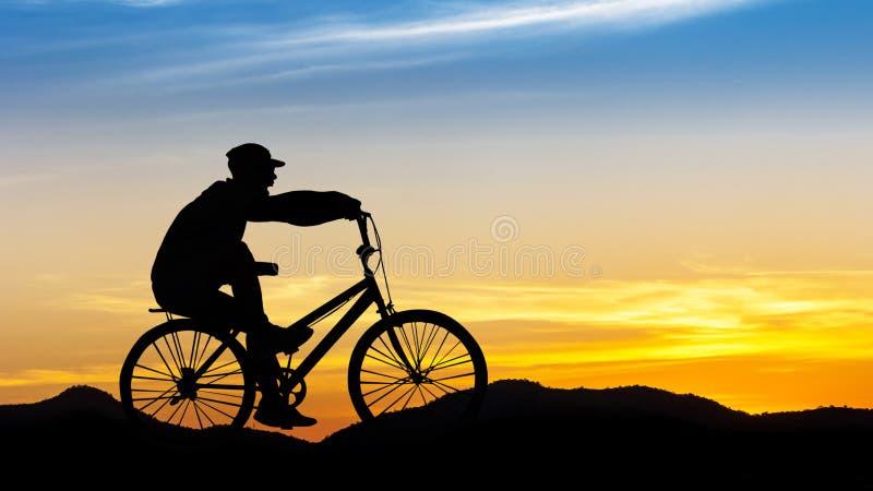 Ciclismo do homem na montanha fotos de stock royalty free