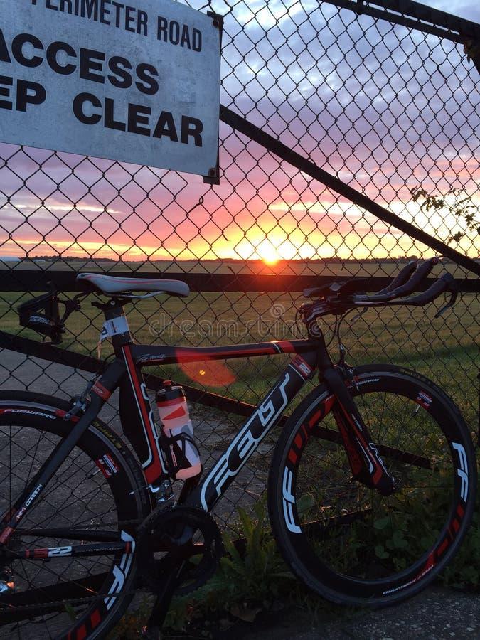Ciclismo do nascer do sol fotos de stock royalty free