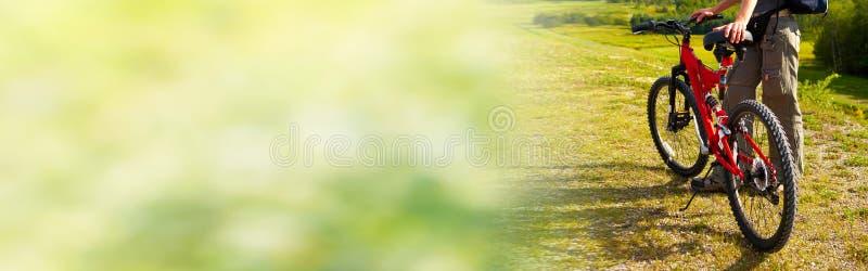 Ciclismo do turista na bicicleta fotografia de stock royalty free