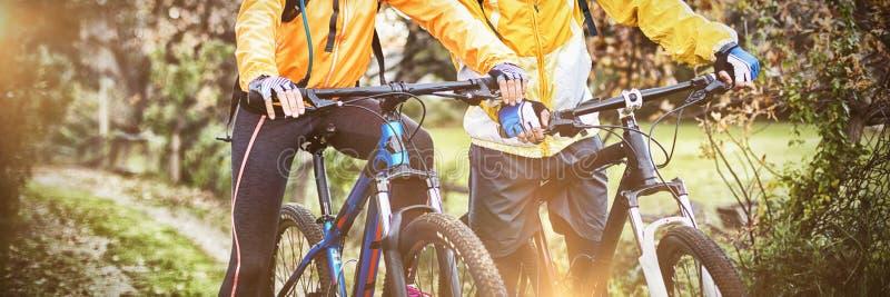 Ciclismo dos pares do motociclista no campo fotos de stock