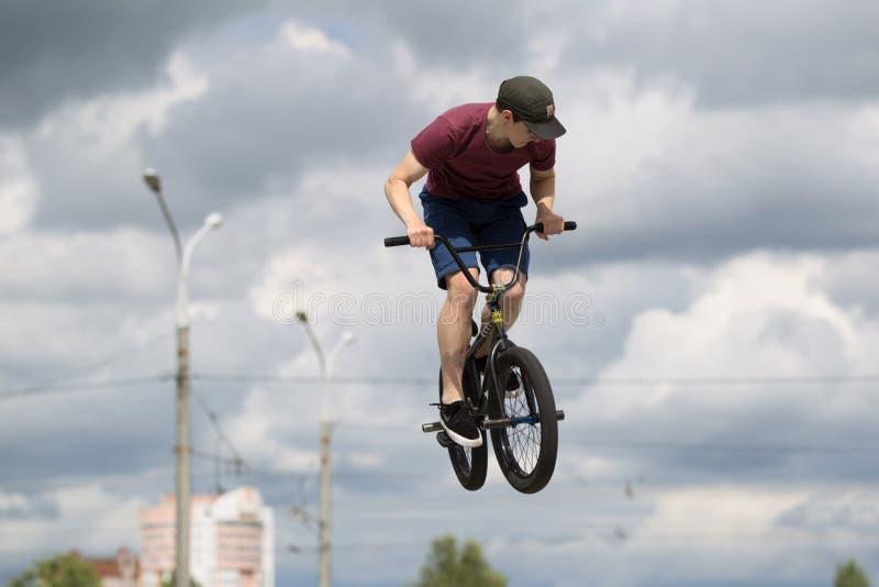 Ciclismo extremo Un truco peligroso en una bicicleta Un salto alto en la bicicleta imagenes de archivo