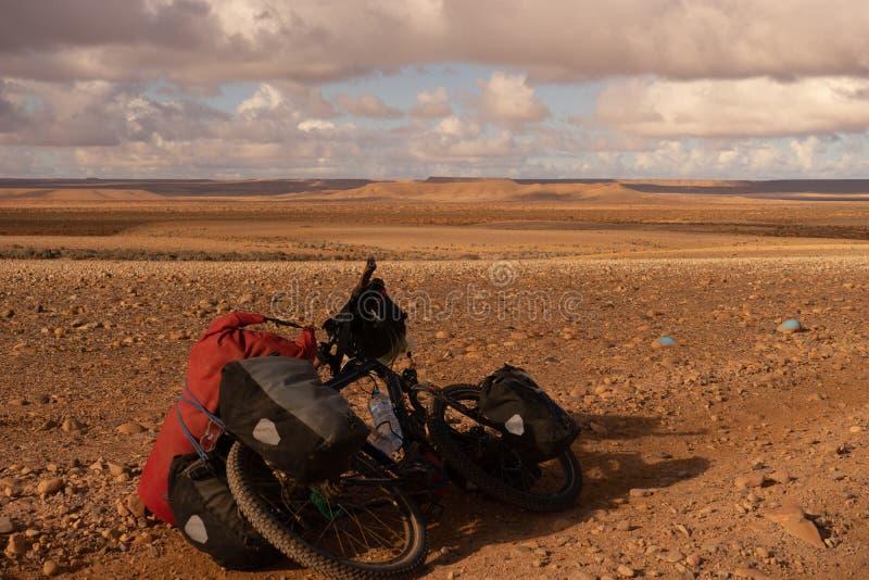 Ciclismo nel deserto del Marocco immagini stock libere da diritti