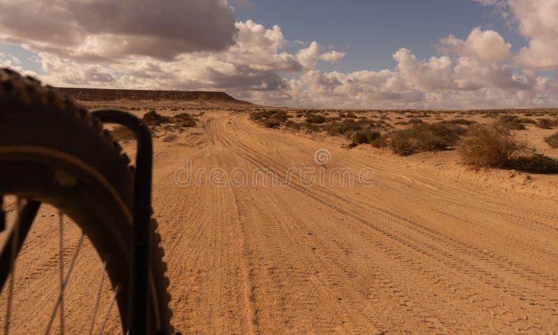 Ciclismo nel deserto del Marocco fotografia stock libera da diritti