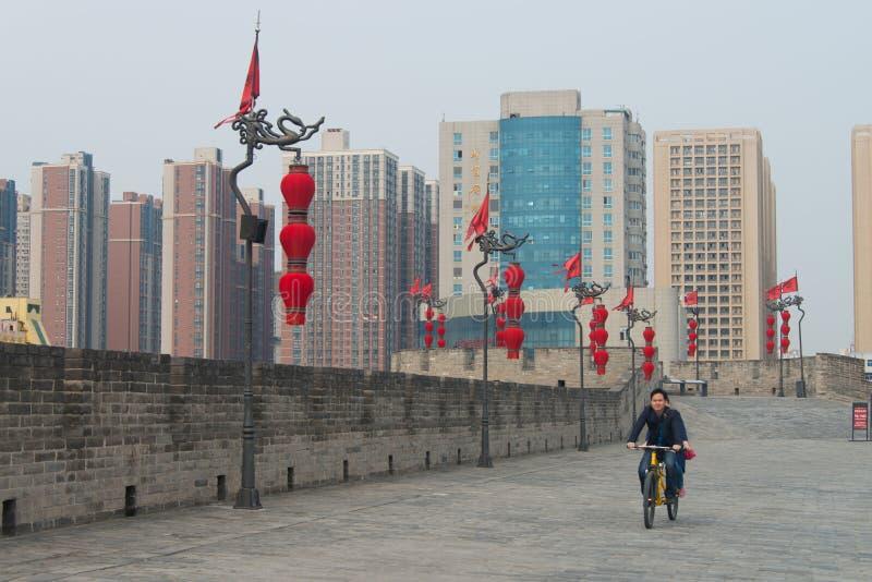 Ciclismo sul muro di cinta Xian immagine stock
