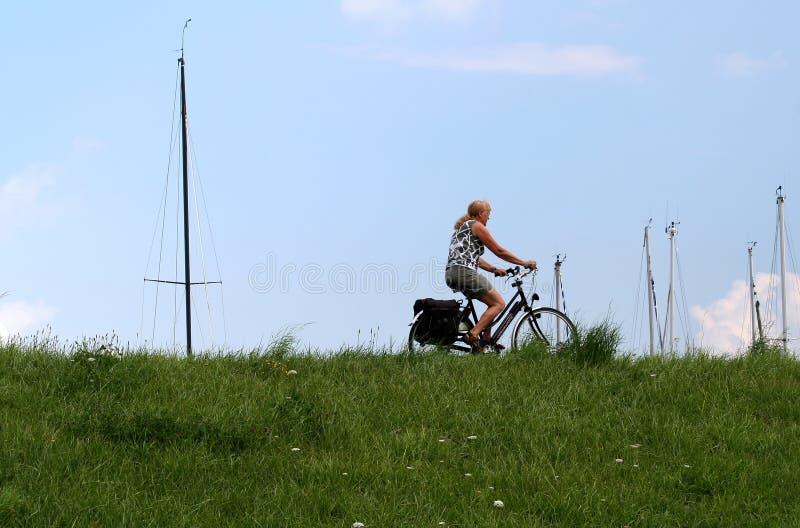 Ciclismo sulla diga di Colijnsplaat immagine stock