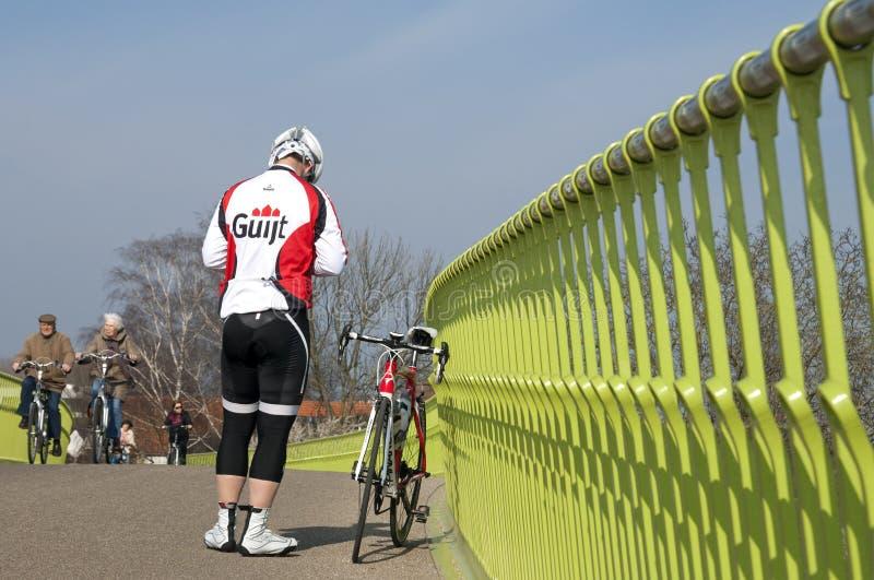 Ciclismo velho e novo em um dia de mola ensolarado foto de stock royalty free