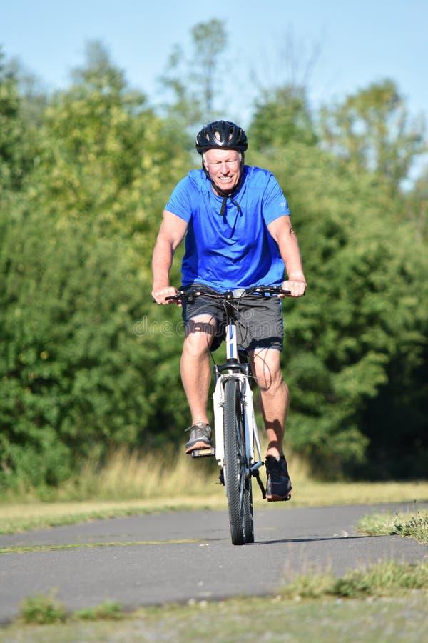 Ciclismo vestindo do capacete de Male Cyclist Smiling do atleta imagem de stock royalty free
