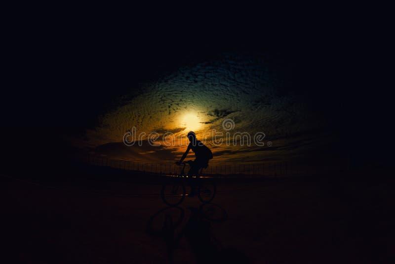 Ciclista al tramonto immagine stock