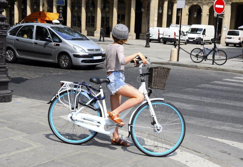 Ciclista che attraversa la via immagine stock libera da diritti