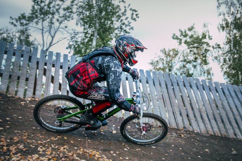 Ciclista che guida un mountain bike in discesa immagini stock libere da diritti