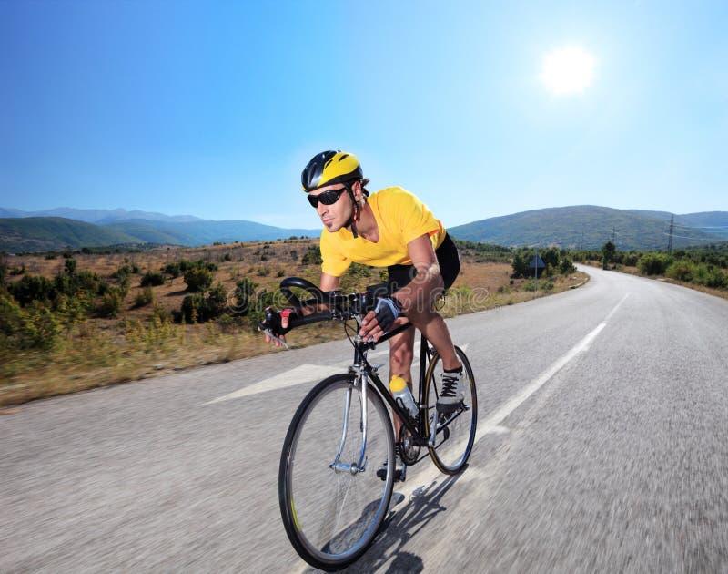 Ciclista che guida una bici su una strada aperta