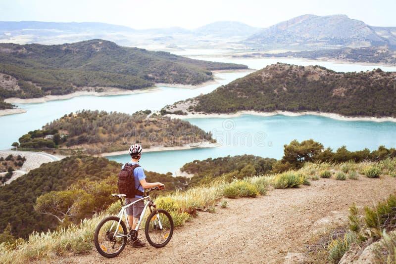 Ciclista com Mountain bike que aprecia a vista panorâmica bonita imagem de stock royalty free