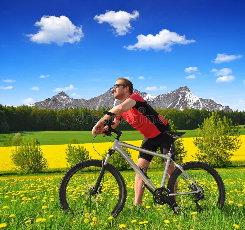 Ciclista com o Mountain bike foto de stock royalty free